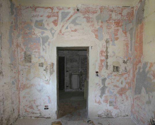 La parete del primo piano dopo l'eliminazione della carta da parati