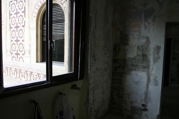 Interno n. 34 di Piazza Ducale, Vigevano durante il discialbo. Si noti la parete esterna con gli affreschi ricostruiti.