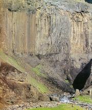 Il processo magmatico. Lave basaltiche colonnari. La fessurazione che isola le «colonne» è dovuta al processo di raffreddamento.