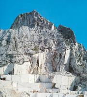 Il processo metamorficoLe cave del famoso marmo di Carrara sono tagliate in calcàri che sono stati trasformati in rocce metamorfiche, attraverso la ricristallizzazione della calcìte. Il colore chiaro e la trasparenza del marmo indicano che i calcàri originari erano molto puri.
