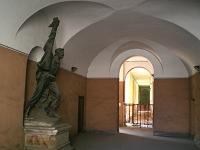L'originale statua in pietra del Garibaldino