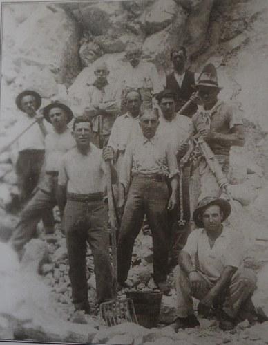 Gruppo di minatori ispresi in cava