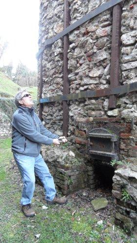Mauro Nicora alle prese con uno dei  forni della Fornace Binda di Ispra - Come fornaciaro non lo vedo adatto