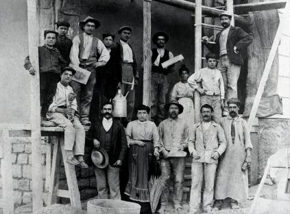 Egidio Nicora e la sua squadra di collaboratori. Il cantiere in cui sono stati fotografati potrebbe essere quello della Chiesa  di Azzate e quindi a ridosso del 1926.