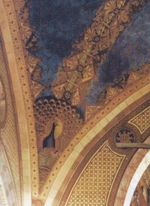 Pavoni sui pennacchi della navata maggiore