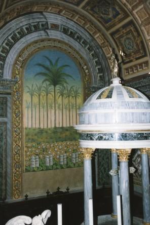 Dipinto con palme e girasoli posto dietro all'altare
