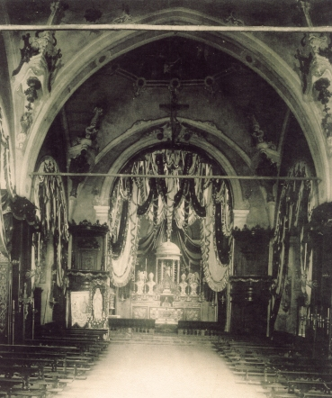 L'interno della Chiesa di Azzate come si presentava prima dei lavori  eseguiti da Egidio Nicora con le decorazioni di metà ottocento, 1853-1854, eseguite da Emilio e Vincenzo De Bernardi su incarico di don Cazzaniga. (Foto del 1908).