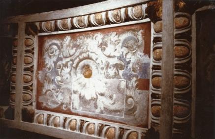 Indagine stratigrafica. All'interno del tassello contornato in bianco riaffiora, sotto lo strato pittorico novecentesco, l'originale decorazione ad affresco del 1646 opera di Isidoro Bianchi