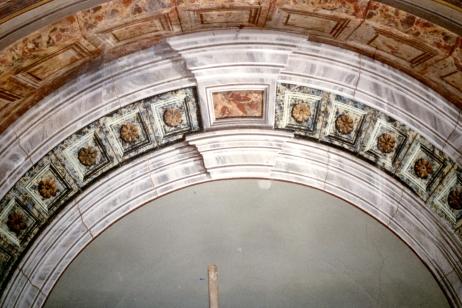 Particolare del dipinto dietro l'altare prima del discialbo. Si noti la coloritura grigiastra che nascondeva il dipinto.