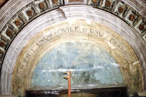 Particolare del dipinto dietro l'altare dopo il discialbo cioè dopo aver rimosso la coloritura grigiastra che nascondeva il dipinto.