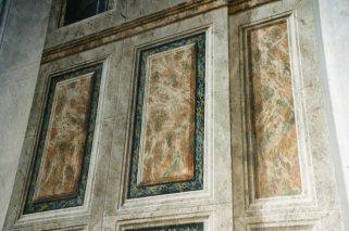 Finti marmi delle pareti dopo il restauro.