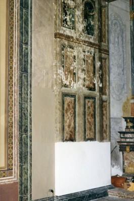 Finti marmi delle pareti prima del restauro.