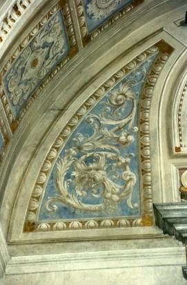 Le decorazioni novecentesche non discialbate sulla parete dell'altare  della Cappella della Madonna.