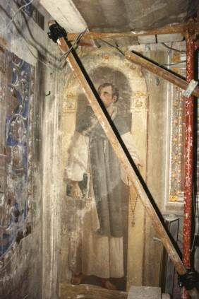 Cappella della Madonna.   Parete dell'altare. Decorazione ad affresco di metà ottocento prima dei restauri.