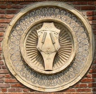 L'impresa del morso sforzesco scolpito su un clipeo della Chiesa di Santa Maria delle Grazie a Milano.