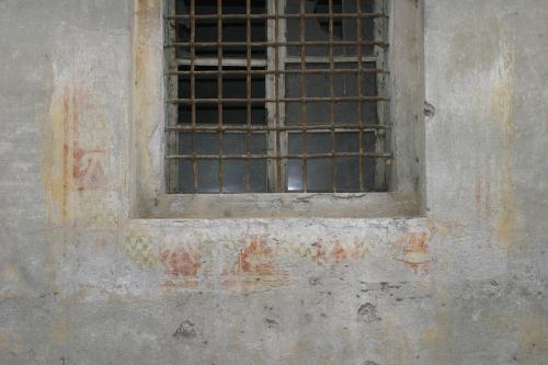 Villa Cascina Sforzesca, Vigevano. Colombarone di nord/ovest, facciata nord. Frammenti di decorazione pittorica attorno a una finestra del piano terra.