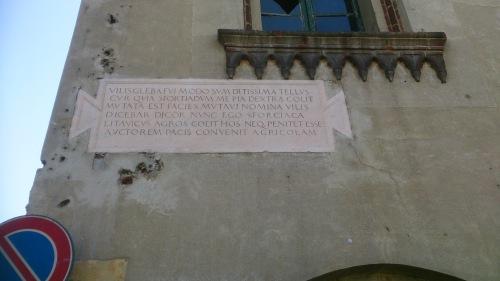 Lapide sulla facciata d'angolo su Corso Pavia dopo i restauri