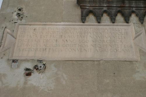 Lapide sulla facciata ovest  su corso Pavia prima dei restauri