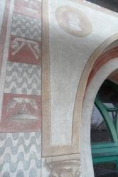 Fascia e fregio alla destra della finestra al primo piano – Sopra durante i lavori di restauro